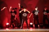 かつて在籍したダンスチーム「ANGEL DUST BREAKERS」と29年ぶりに本格的パフォーマンスを行ったナインティナイン岡村隆史(中央)=『大阪ラフフェス!in 中之島6DAYS LIVE』内のイベント「岡村隆史のDANCE BOKAN」