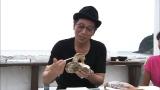 この地方の巨大な岩牡蠣に驚く大杉漣。9月27日放送、テレビ朝日系『イチから住 〜前略、移住しました〜』(C)テレビ朝日