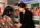 初写真集『通り道』発売イベントでファンと握手する稲葉友