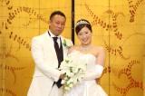 純白のタキシード、ウェディングドレスを身にまとい、幸せいっぱいの笑顔