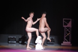 丸裸の二人がタオルを引っ張り合ったり、素早く交換したり、巧みにタオルを使って見うタオルダンスを披露するカナダからやって来た2人組「レ・ボー・フレール」 (C)ORICON NewS inc.