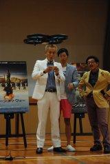 映画『ドローン・オブ・ウォー』のPRイベントで、ドローンを飛ばす体験中のじゅんいちダビッドソン(右) (C)ORICON NewS inc.
