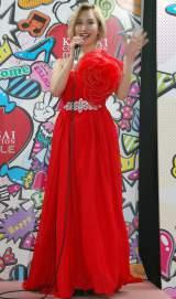 水沢アリー、赤ドレスでランウェイ
