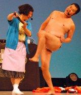 (左から)『大阪ラフフェス!in 中之島6DAYS LIVE』最終日に出演したすっちー、とにかく明るい安村 (C)ORICON NewS inc.