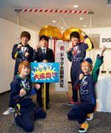 ドラマ版『釣りバカ日誌』の主題歌を担当することが決まったDISH//と主演の濱田岳(中央)