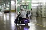 自動車工場を「徘徊」するマツコ・デラックス(C)テレビ朝日
