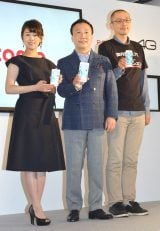(左から)高畑充希、加藤薫社長、iPhone6s購入者 (C)ORICON NewS inc.