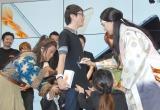 1番に並んだ人のTシャツにサインする(左から)桐谷健太、松田翔太 (C)ORICON NewS inc.