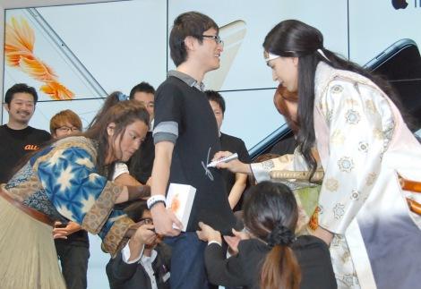 1番に並んだ人のTシャツにサインする(左から)桐谷健太、松田翔太=KDDI『iPhone 6s/iPhone 6s Plus』発売イベント (C)ORICON NewS inc.
