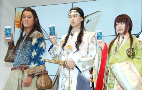KDDI『iPhone 6s/iPhone 6s Plus』発売イベントに出席した(左から)桐谷健太、松田翔太、有村架純 (C)ORICON NewS inc.