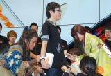 1番に並んだ人のTシャツにサインする(左から)桐谷健太、有村架純 (C)ORICON NewS inc.