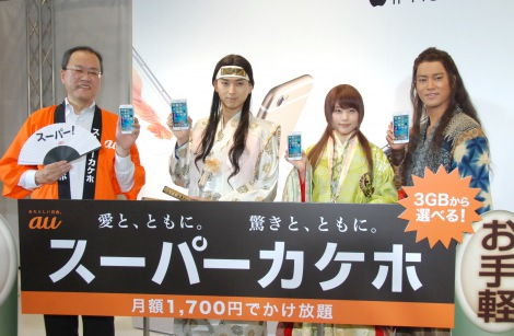 KDDI『iPhone 6s/iPhone 6s Plus』発売イベントに出席した(左から)田中孝司社長、桐谷健太、有村架純、松田翔太 (C)ORICON NewS inc.