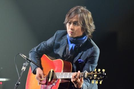 NHK『SONGS』で「ひとりぼっちのハブラシ」にギター演奏で参加するつんく♂