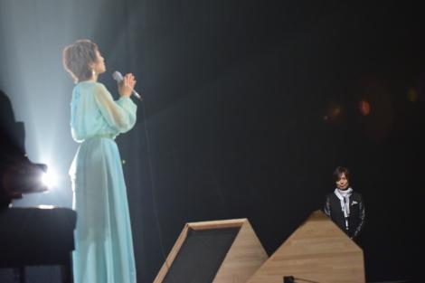 クミコのパフォーマンスを見るつんく♂=NHK『SONGS』より