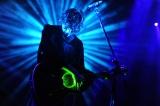 レーザー光線を放つギターで「Mi Amor」を披露