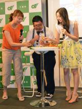 伊勢海老メニューを試食(左から小椋久美子、チャンカワイ、足立梨花)
