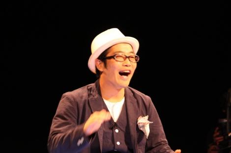 関西テレビで9月26日深夜に生放送された『さわがす人たち あの炎上の言い訳させてください』に出演したドランクドラゴン・鈴木拓(C)関西テレビ