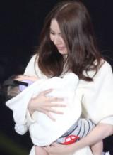 息子を抱いてランウェイに登場した元AKB48・菊地あやか(撮影:片山よしお) (C)oricon ME inc.