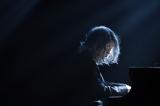 10月16日スタート、TBS系ドラマ『コウノドリ』で謎のピアニスト「BABY」として情熱的な演奏を披露する鴻鳥サクラ(綾野剛)のビジュアルが初公開(C)TBS