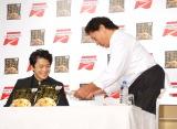 味の素冷凍食品『ザ・チャーハン』のテレビCM発表会に出席した(左から)小栗旬、天龍源一郎 (C)ORICON NewS inc.
