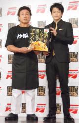 味の素冷凍食品『ザ・チャーハン』のテレビCM発表会に出席した(左から)天龍源一郎、小栗旬 (C)ORICON NewS inc.