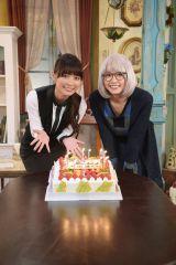 新垣結衣(右)らキャストからサプライズで誕生日を祝ってもらった内田理央(右)(C)日本テレビ