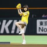 福岡 ヤフオク!ドームでホークス日本一祈願始球式を行ったHKT48の指原莉乃(C)AKS