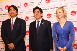 日本政府観光局主催のセミナーに出席した(左から)松井秀喜、安倍晋三首相、シャーロット・ケイト・フォックス