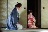 NHK連続テレビ小説『あさが来た』第5回(10月2日放送)より。「あさちゃんの好きにしたらええ」と手土産をあさ(鈴木梨央)に渡す新次郎(玉木宏)(C)NHK