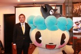 (左から)村上市長・高橋邦芳氏、村上市観光キャラクターのサケリン