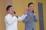 結婚会見を行った爆笑問題の田中裕二(左)と相方の太田光