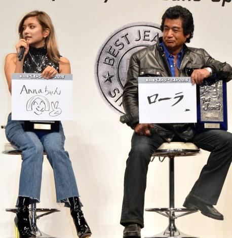 受賞の喜びを伝えたい人物について「ヘアメイクのアンナさん」と語ったローラ(左)と藤岡弘、(右) (C)ORICON NewS inc.