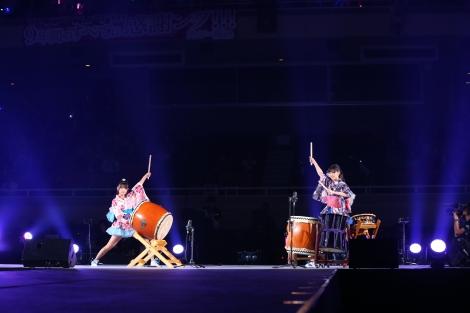 オープニングでは外岡えりかと横山ルリカが和太鼓の生演奏を披露=『15th LIVE ング!!!ング!!!祭りだ!!! 〜良きところで武道館グ!!!』