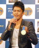 世界マスターズで獲得した金メダルを片手に激闘を振り返った武井壮 (C)ORICON NewS inc.