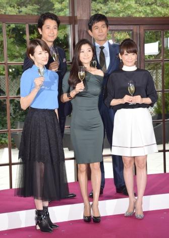 『オトナ女子』共演者とドレス姿の篠原涼子