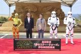 お披露目式に出席した(左から)C-3PO、深澤義彦鳥取市長、砂像彫刻家・茶圓勝彦氏 、新ストームトルーパー(C) 2015 Lucasfilm Ltd. & TM. All Rights Reserved