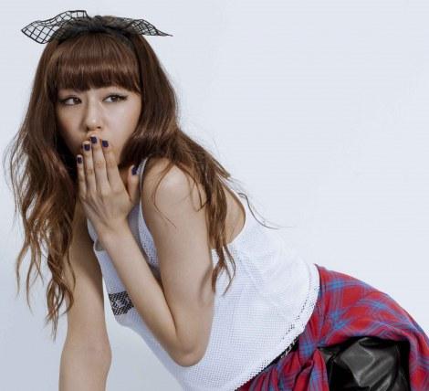 カジュアルなロックスタイルもキュート!/西内まりやデビュー曲「LOVE EVOLUTION」MV