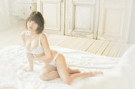 """『PEACH JOHN Beauty』秋号でバスト90cmの""""美胸""""を披露する岸明日香"""
