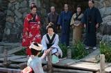 連続テレビ小説『あさが来た』第2週「ふたつの花びら」第12回(10月10日放送)より。手前は、姉のはつ(宮崎あおい)。 伏見・船着場にて。大阪へ嫁ぐはつをみんなで見送っているようす(C)NHK