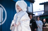 連続テレビ小説『あさが来た』第2週「ふたつの花びら」第12回(10月10日放送)より。加野屋・表にて。あさ(波瑠)の祝言の日。嫁ぎ先の加野屋へやってきた白無垢姿のあさ。しかし、予想外の展開に…(C)NHK