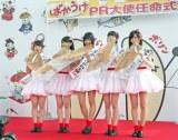 ばかうけPR大使に就任したアイドルグループ「NGT48」のメンバーら