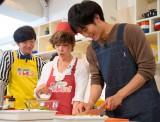 普段はほとんどしない料理に挑戦する松坂(C)関西テレビ