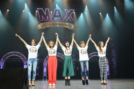 """結成以来初の""""5人組""""でライブを行ったMAX(左から)AKI 、LINA 、MINA、REINA、NANA"""