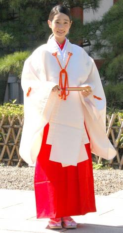 赤と白の巫女装束で登場した高橋ひかる=「日枝神社広報大使(七五三・お正月)」任命式 (C)ORICON NewS inc.