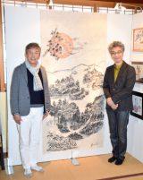 墨絵作品を公開した村上ショージ(左)と村上にオファーしたおかけんた (C)ORICON NewS inc.