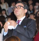 ひとりでハンバーガーを頬張る三谷幸喜監督 (C)ORICON NewS inc.