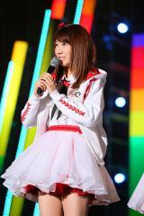 韓国で開催された『アジアソングフェスティバル 2015』であいさつする柏木由紀(C)AKS