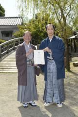 京都国際観光大使に就任した佐々木蔵之介(右)