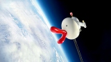 ハタチの記念にカンテレのハチエモンが宇宙へ。地球にチューする映像の撮影に成功(C)関西テレビ