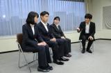 機捜の仕事について熱心に質問する松坂(C)関西テレビ